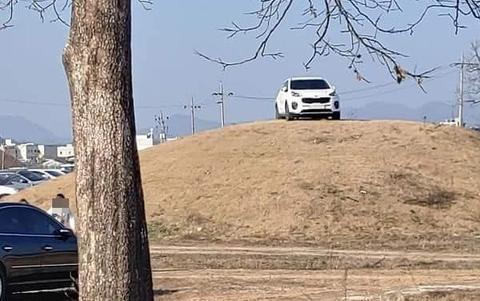 韩国有人把SUV开上王室古墓坟头 民众炸锅
