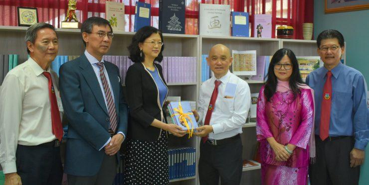 张贵娟:中国使馆支持汶莱华教造福学子令人钦式