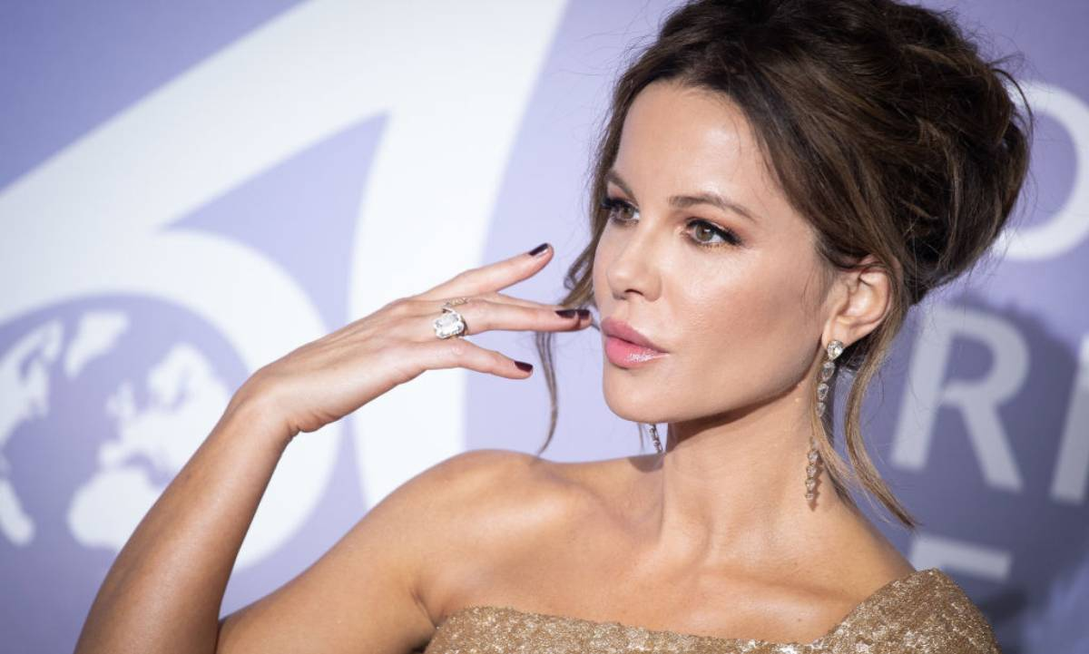 Kate Beckinsale shows off her bikini body in jaw-dropping video