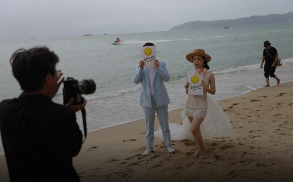 """数百万人奔向""""中国夏威夷"""",外媒:中国旅游业苏醒了"""