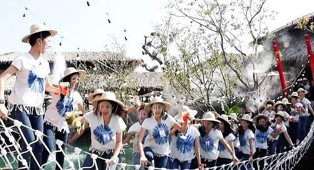 泰国选美比赛中吊桥倒塌 30名参赛选手掉进池塘