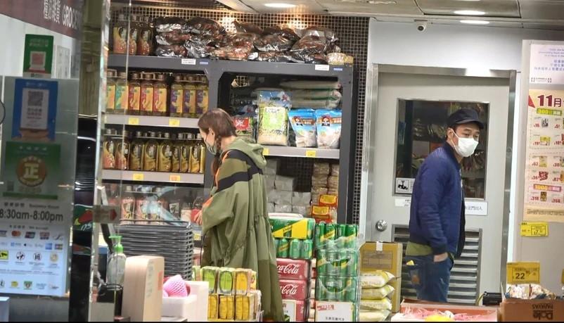郑秀文许志安超市购物无交流 发现偷拍立马离开