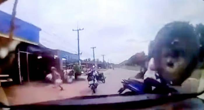 泰国一孕妇坐摩托车上险被飞来的轮胎击中头部