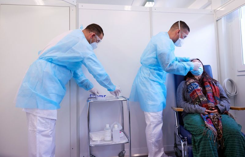Swiss hospitals implore health minister to tighten coronavirus restrictions