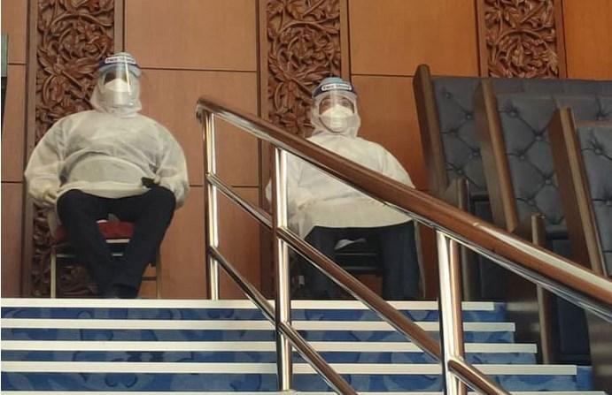 卫长等3议员身穿防护衣 参与直辖部拨款记名投票