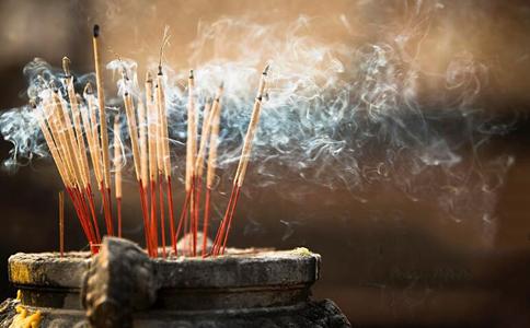醉男庙宇香炉旁小解 遭人持铁椅砸死