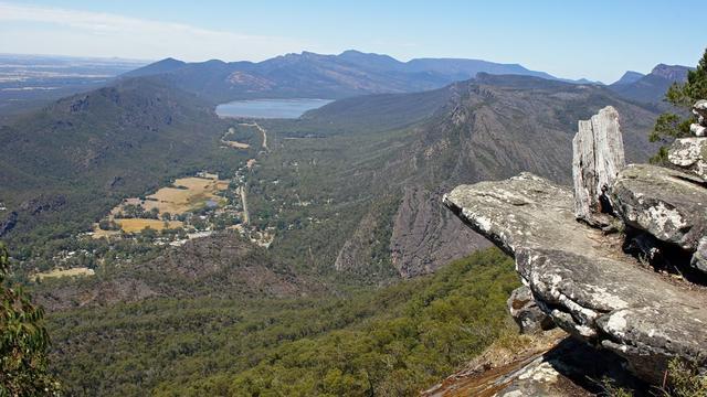 澳大利亚女子翻栏杆拍照 从80米高悬崖坠落而死