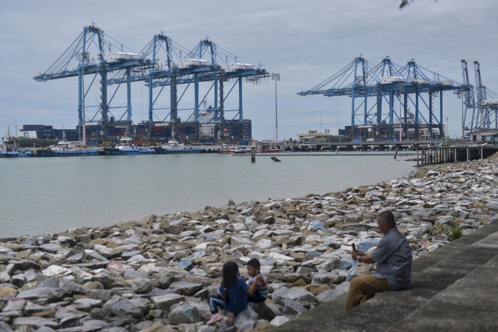 Authorities to work 24 hours for two weeks to clear backlog in Port Klang