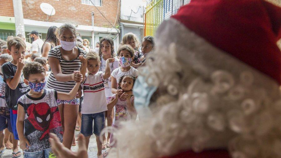 """美国""""圣诞老人""""确诊新冠 数十名儿童面临感染风险"""