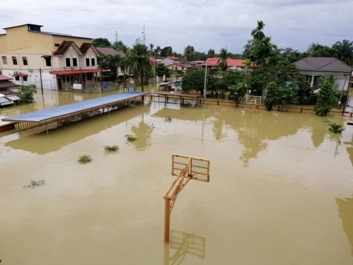 丹州1217灾民滞留救灾所 启文华小水深3尺