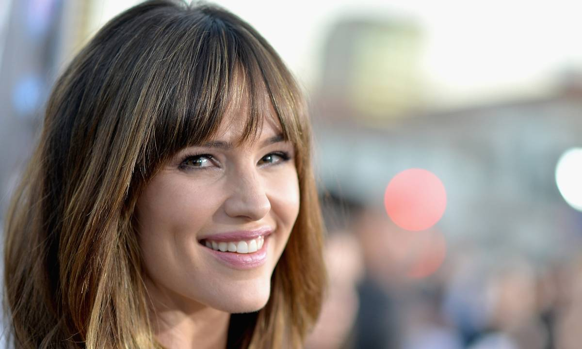 Jennifer Garner dons sky high heels while standing on roof for announcement
