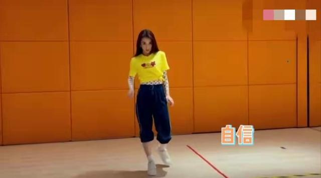 天王嫂方媛晒练舞视频,趴地摸腿姿势妩媚,穿运动装难掩s型身材