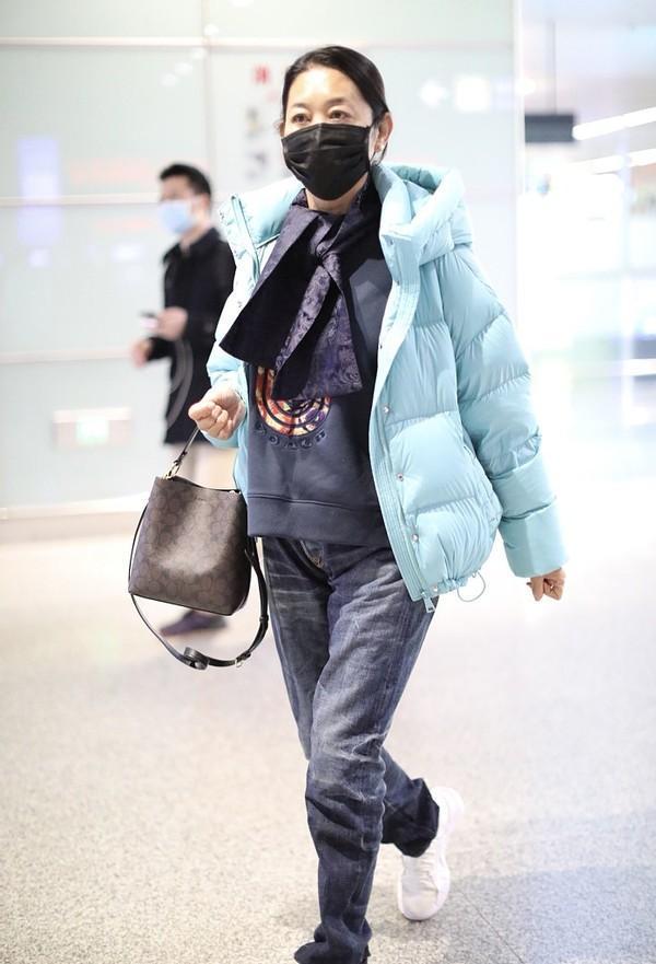 62岁倪萍素颜走机场,容光焕发步履轻盈,打扮时髦似年轻20岁
