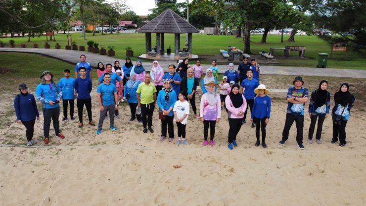 二造举行海滩清洁运动