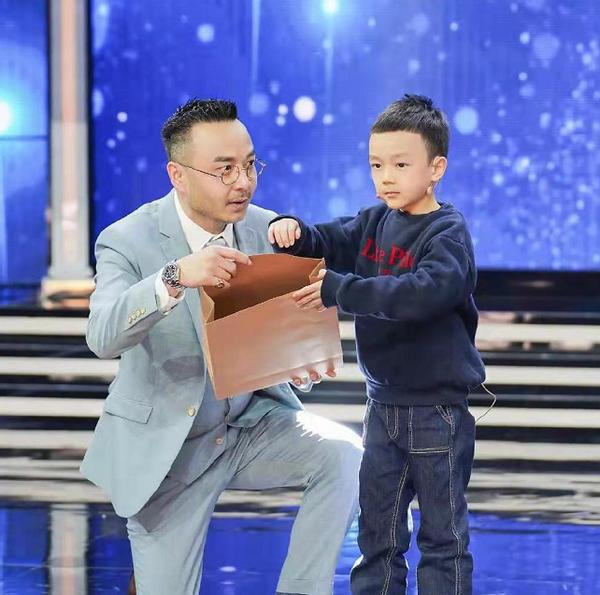 原创 汪涵儿子首次上综艺!才6岁穿卫衣走秀表现超大气,跟妈妈长好像