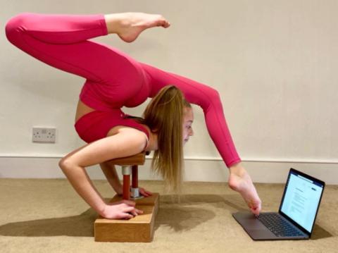 厉害了!英国女孩苦练柔术:边写作业边噼叉