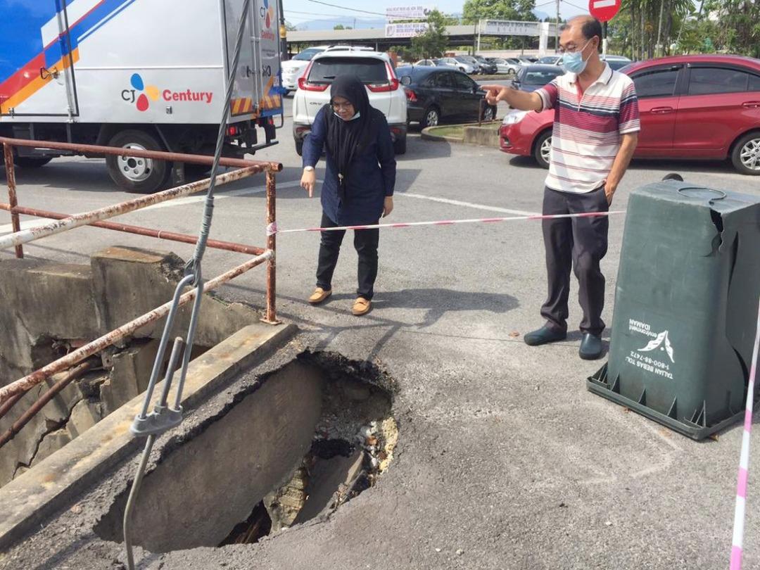 峇甲亚兰路段地陷扩大现危机 居民促当局调查和修补