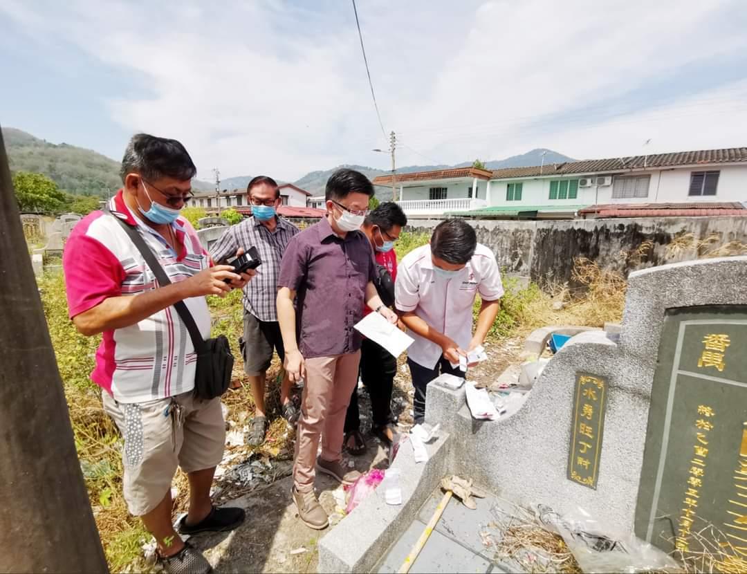 义山一座坟墓遭丢满垃圾 扔垃圾者疑患有精神病