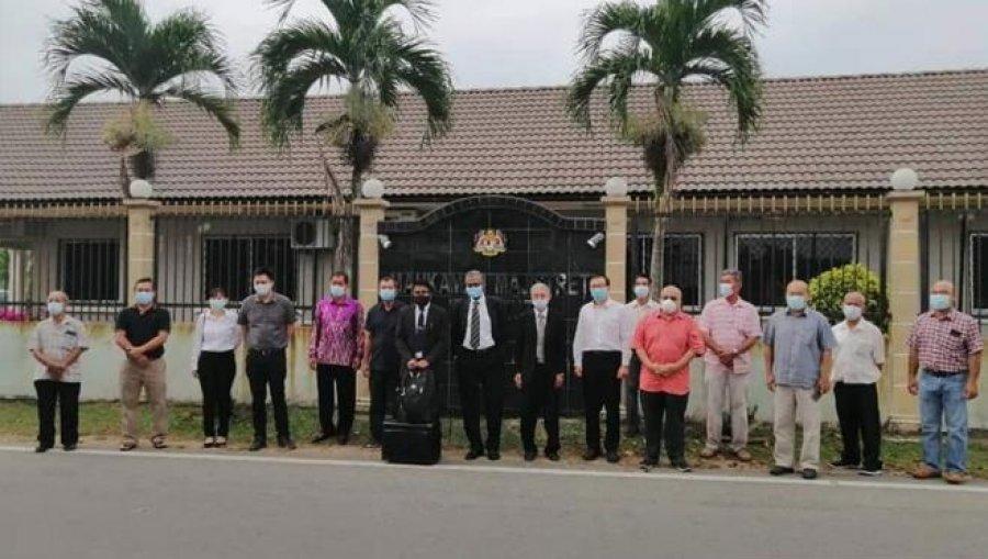 前年拉横幅反爪夷书法教学 8人被控非法集会