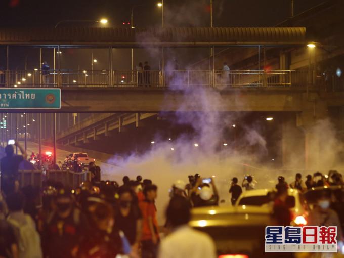曼谷再有示威促泰王放弃兵权 警方用橡胶子弹催泪弹水炮驱散