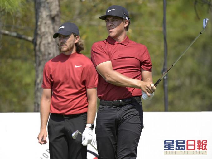 多名高尔夫球手穿红衫黑裤打气 活士感激支持