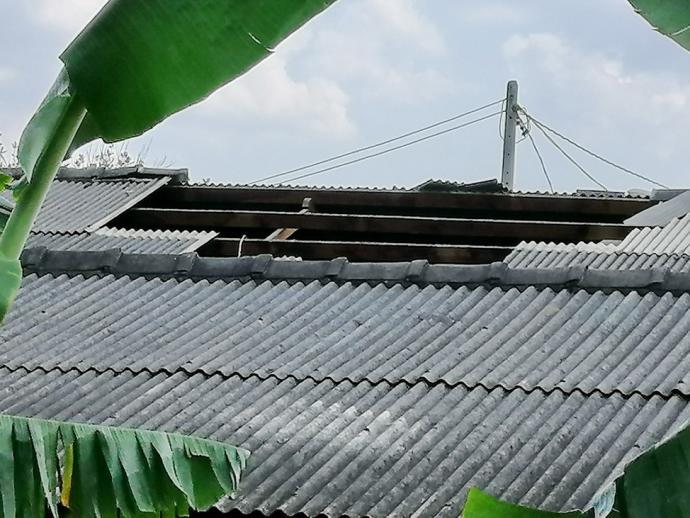 大风袭民宅 屋顶卷起坠客厅