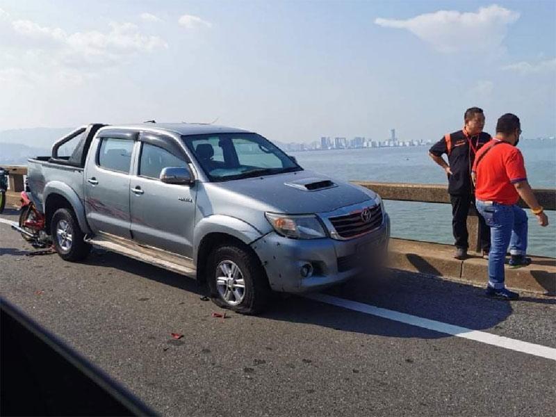 轿车爆胎停桥边 摩托骑士撞上当场不治