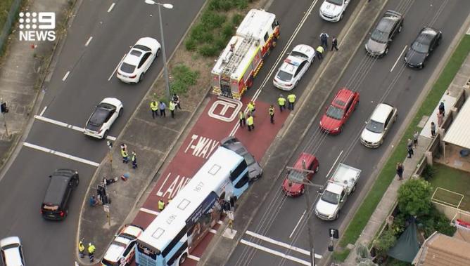 悉尼街头巴士小车勐撞,至少6人受伤送医(组图)