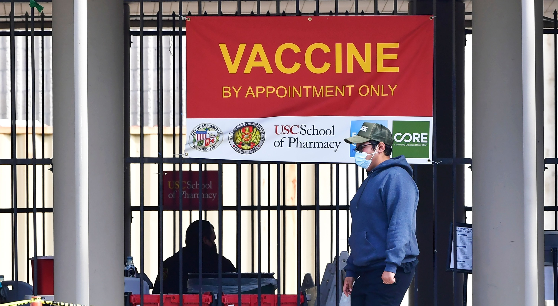 Los requisitos de identificación buscan frenar el turismo de vacunas, pero pueden excluir a residentes vulnerables