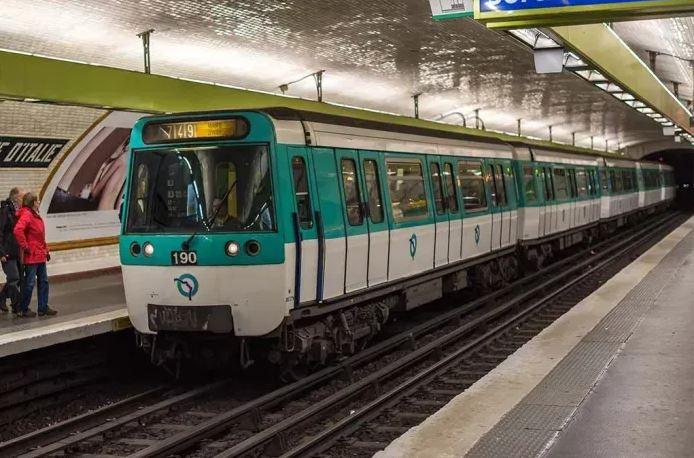 乘客阻止不果  22岁女郎深夜地铁车厢内被强奸