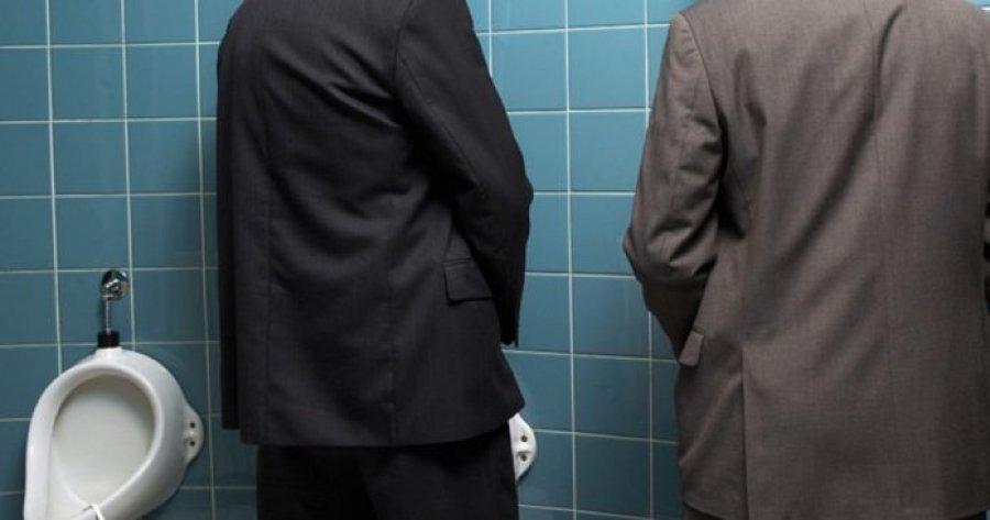 偷拍英文男老师如厕 美术男老师辩称恶作剧