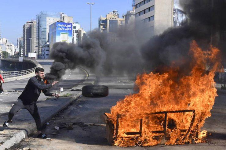 黎巴嫩经济接近崩溃 民众连续数日占领街道抗议