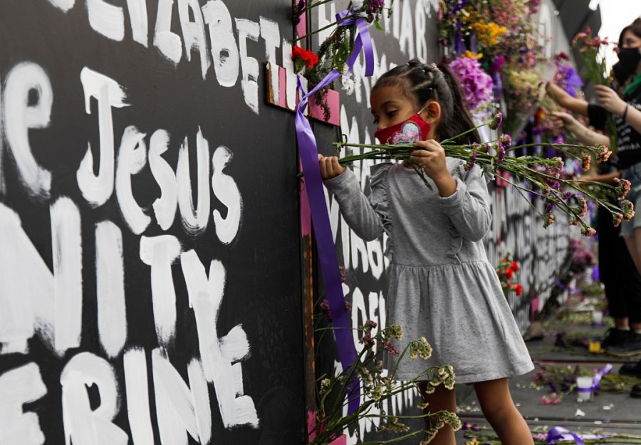 """墨西哥总统府""""筑墙"""" 写满女性受害者名"""