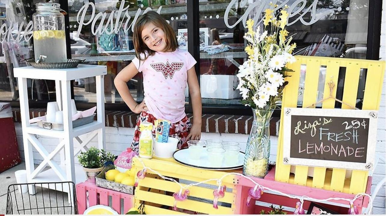 美国7岁女童脑部须动手术 自己摆摊卖柠檬汁筹集费用