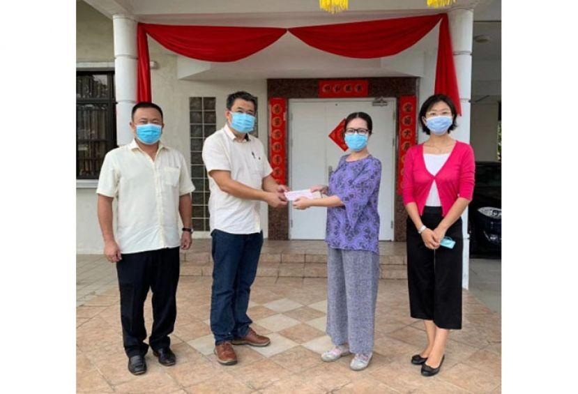 中国驻古晋总领馆 再捐抗疫款予砂华社