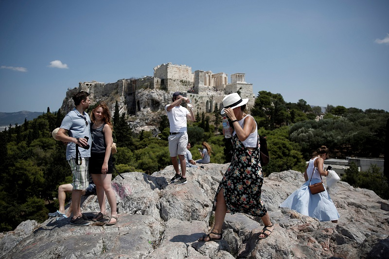Greece to welcome vaccinated and Covid-negative tourists from May