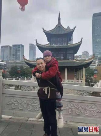 湖南大叔背81岁瘫痪母亲贵州旅游 感动无数网民