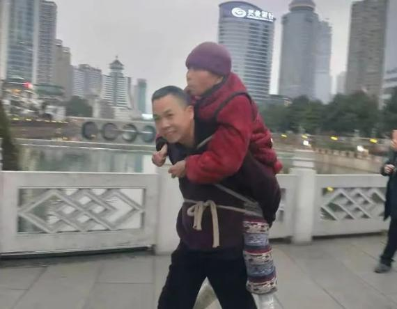 背81岁瘫痪母亲到贵州看猴,这位孝子刷屏了!