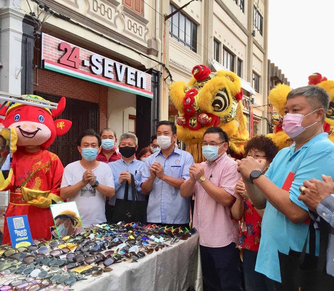 """甲56华团代表拉队到访 实际行动""""撑""""鸡场街"""