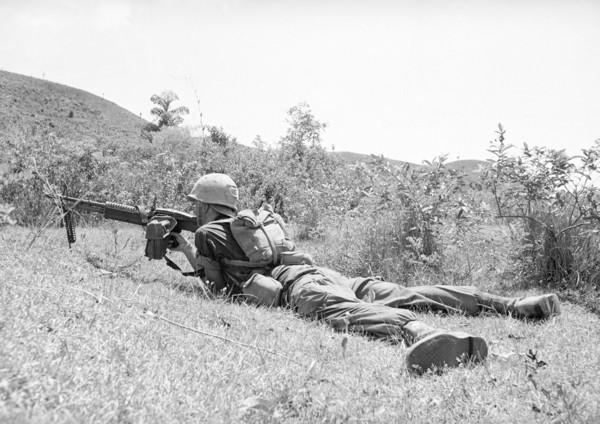 """越南传奇女狙击手 因""""蹲着如厕""""被认出 当场被美军狙杀"""