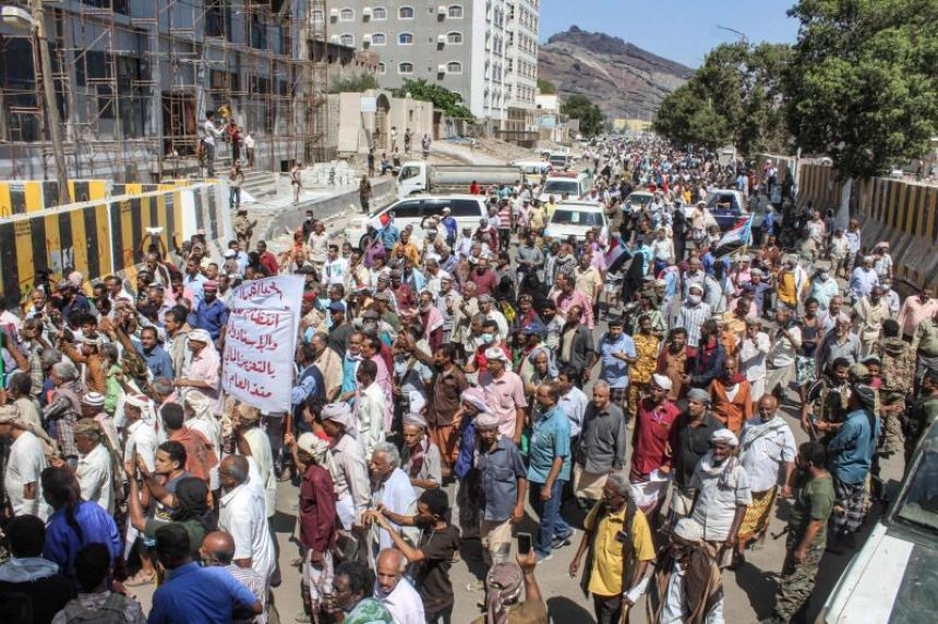 Yemeni protesters storm Aden presidential palace