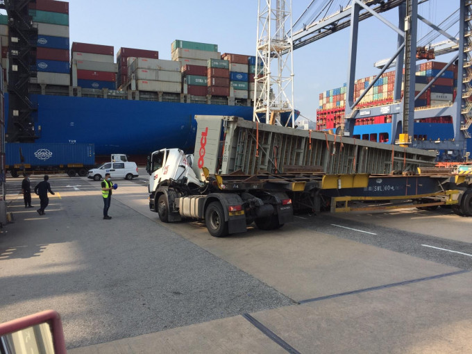 葵涌货柜车翻侧车头遭压毁 被困司机获救送院