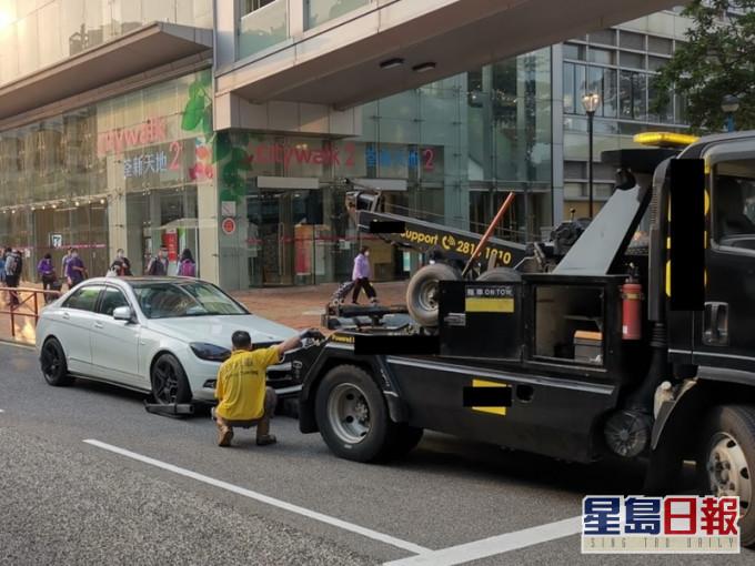 荃湾一连两日打击违泊 发967张牛肉乾拖走4车