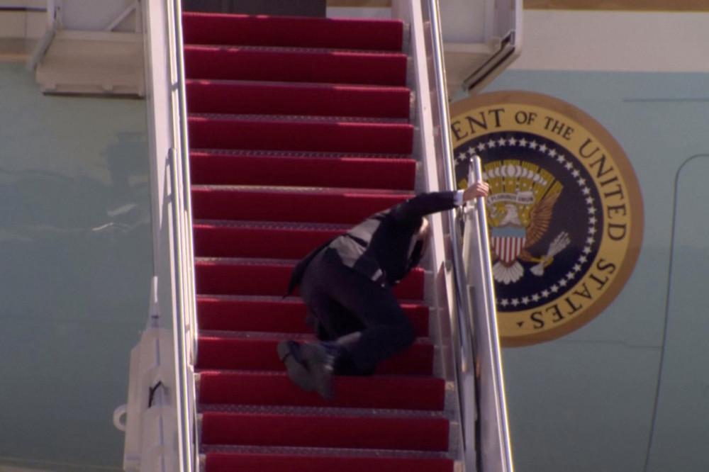 拜登在专机舷梯上摔倒三次 白宫:他健康没问题