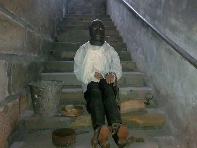 戴面具的男人:被囚禁34年 没人看到他长相 身份至今成谜