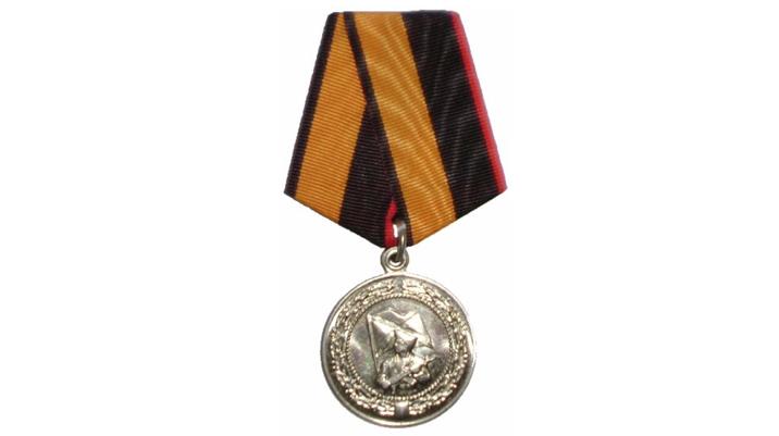 俄罗斯海军步兵服役5年可获奖章,迷彩服绿色元素太多,应该改进