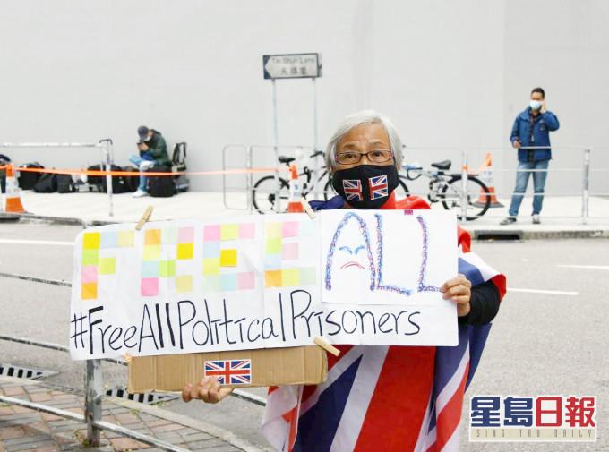 【潜逃台湾】8刑满港人完成移交 「王婆婆」到场声援