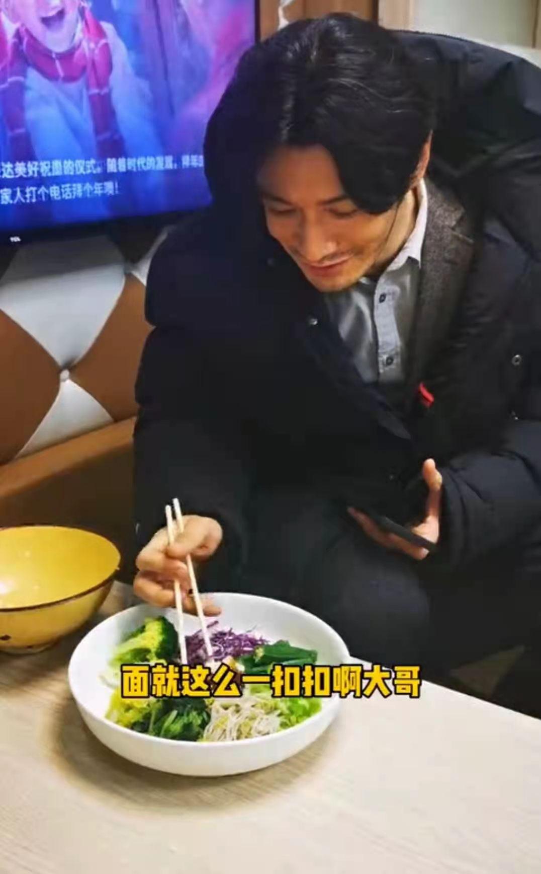 黄晓明减肥餐曝光!竟然全是菜还喝蔬菜汁,被指瘦得过头憔悴不少(视频/组图)
