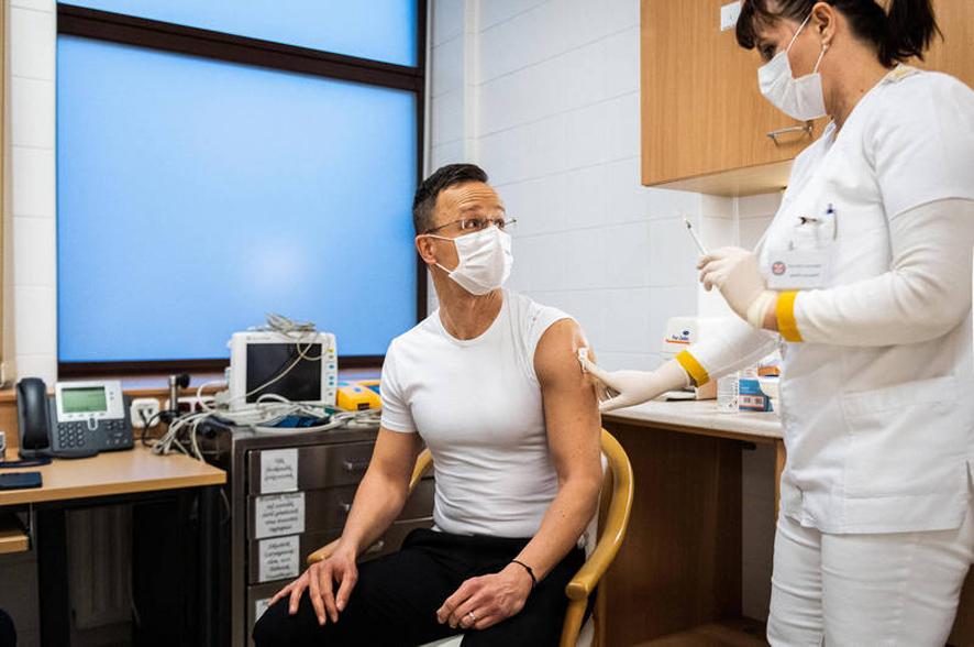匈牙利外长接种俄疫苗 未来2周还会收到68万剂