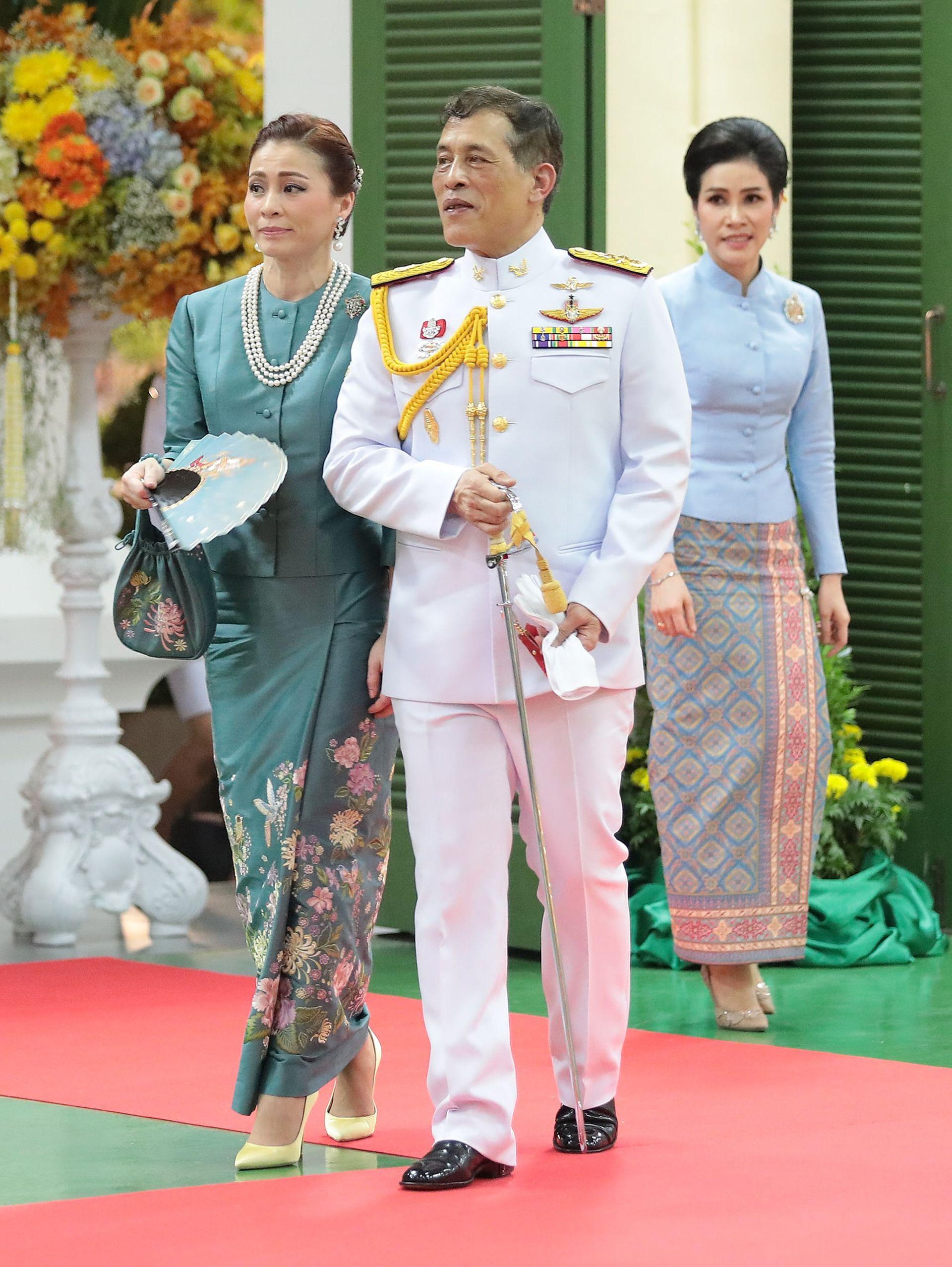 泰国王后晒照手拿扇子 诗妮娜王妃跪在一旁(组图)